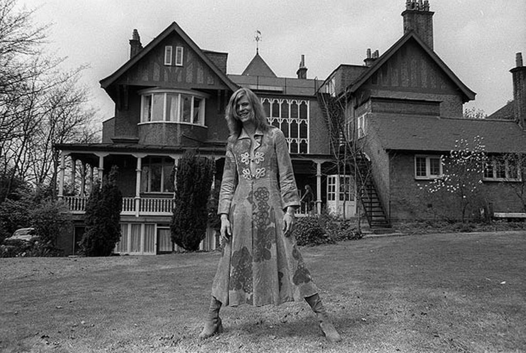 1971, David Bowie outside Haddon Hall, a Victorian Gothic mansion in Beckenham, Kent. Источник: mirror.co.uk