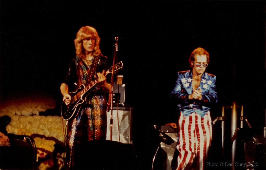 Davey Johnstone и Elton John. Источник - britrockbythebay.blogspot.ru