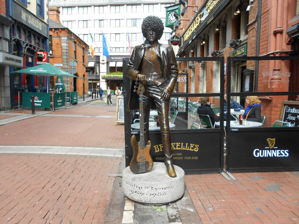 Фил один из немногих музыкантов, которым установлен памятник. Да в Дублине вы можете его найти.