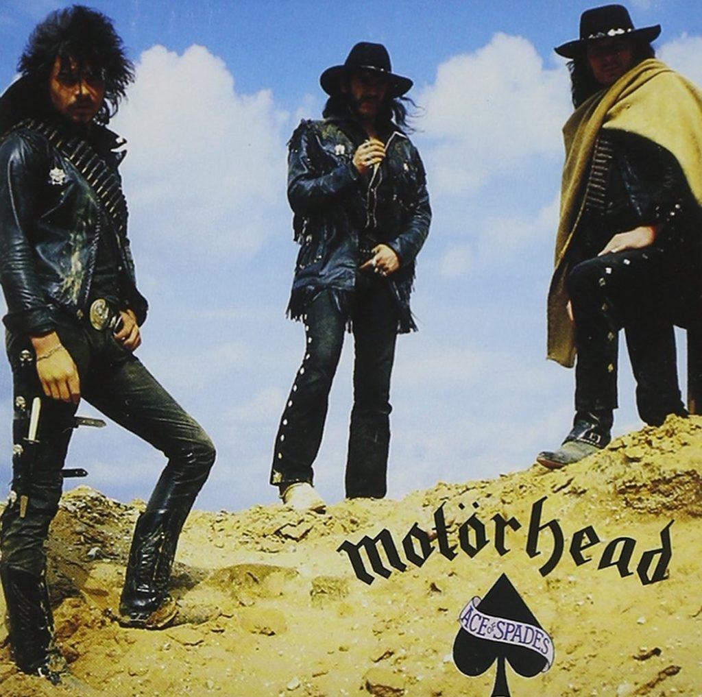 """Наверняка вам любопытно было бы узнать, где был сделан снимок для обложки альбома Motorhead """"Ace Of Spades"""" (1980)? Тот самый, на котором трое """"очень плохих парней"""" - Лемми, Эдди """"Фаст"""" Кларк и """"Скотина"""" Тэйлор взбираются на гребень песчаной дюны под пронзительно-синим небом пустыни."""