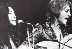 Yoko Ono and John Lennon performing in December 1971, Source: wikimedia.org