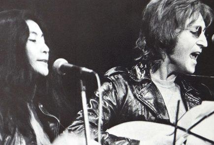 Yoko Ono and John Lennon performing in December 1971, Source: wikimedia.org